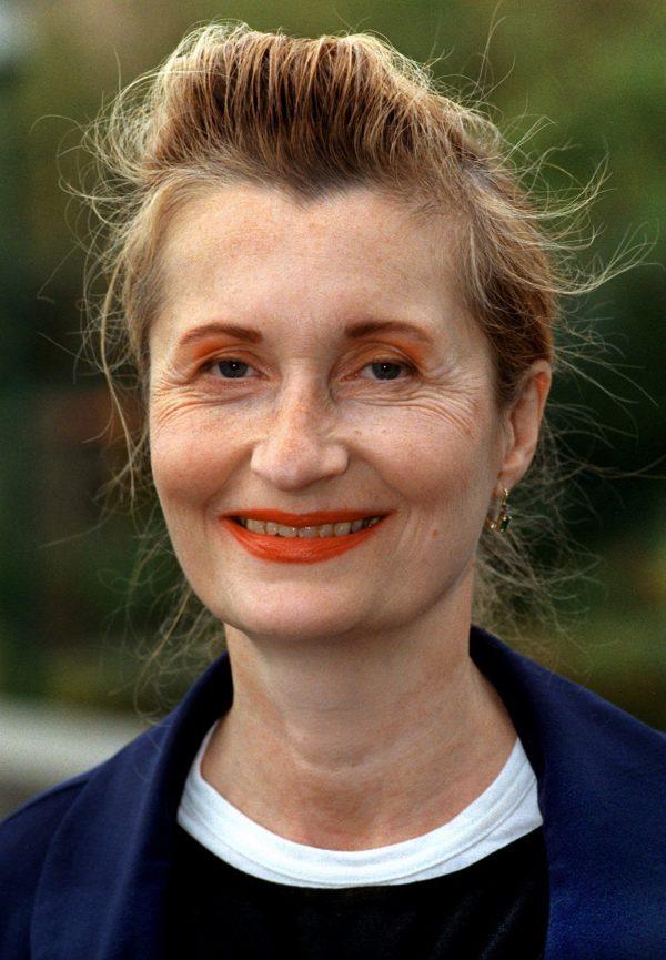 """Die šsterreichische Schriftstellerin Elfriede Jelinek am 17.10.1998 vor der Auszeichnung mit dem Georg-BŸchner-Preis in Darmstadt. Elfriede Jelinek erhŠlt in diesem Jahr den Literatur-Nobelpreis. Jelinek habe den Preis """"fŸr den musikalischen Fluss von Stimmen und Gegenstimmen in Romanen und Dramen"""" erhalten, hie§ es zur BegrŸndung. Gelobt wurde ihre """"sprachliche Leidenschaft"""". Elfriede Jelinek hat die Verleihung des Literatur-Nobelpreises als ȟberraschende und gro§e EhreÇ bezeichnet. Im schwedischen Rundfunk sagte sie, sie werde zur Verleihung am 10. Dezember wegen Krankheit nicht nach Stockholm kommen. Die Autorin meinte weiter, sie betrachte den Nobelpreis nicht Èals Blume im Knopfloch fŸr …sterreichÇ. Foto: Stephanie Pilick"""