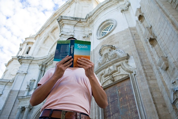 tourist-in-spain-with-guidebook