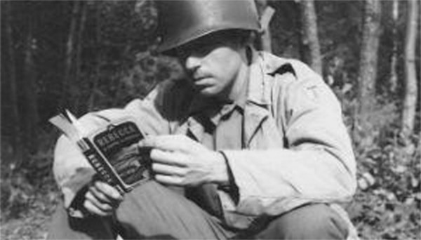 WW2-Soldier_reading