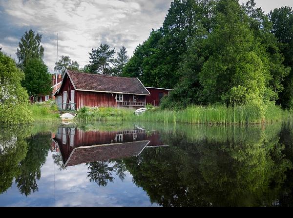 https://pixabay.com/en/cabin-cottage-lake-refelction-1030945/
