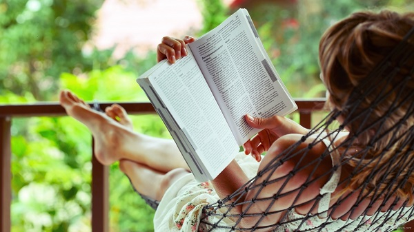 girl-reading-book-in-hammock-wallpaper